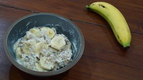 Frühstück mit gesundem muesli und Banane lizenzfreies stockfoto