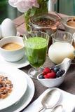 Frühstück mit grünem Smoothie und Beeren Lizenzfreie Stockfotos