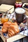 Frühstück mit Hörnchen, Cappuccino und Stau lizenzfreie stockfotografie