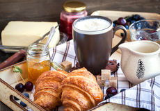Frühstück mit Hörnchen, Cappuccino und Stau stockfotografie