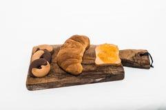 Frühstück mit Hörnchen, Keksen und Stau Stockbild