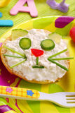 Frühstück mit Hüttenkäse für Kind Stockfotografie