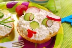 Frühstück mit Hüttenkäse für Kind lizenzfreie stockfotografie