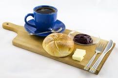 Frühstück mit Kaffee auf hölzernem Brett Stockbilder