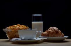 Frühstück mit Kaffee, Hörnchen und Corn-Flakes Lizenzfreies Stockbild