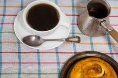 Frühstück mit Kaffee und Gebäck Stockfoto