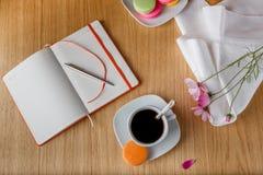 Frühstück mit Kaffee und offenem Tagebuch lizenzfreies stockfoto