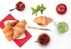 Frühstück mit Kräutertee und Hörnchen Lizenzfreie Stockbilder