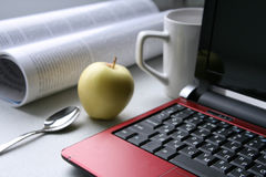Frühstück mit Laptop Stockfoto