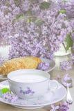 Frühstück mit Milch, Brot mit Gouda-Käse Stockfotografie