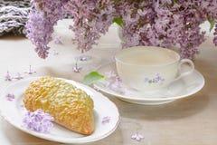 Frühstück mit Milch, Brot mit Gouda-Käse Lizenzfreie Stockbilder