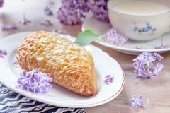 Frühstück mit Milch, Brot mit Gouda-Käse Stockbilder
