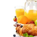 Frühstück mit Orangensaft und frischen Hörnchen Stockbilder