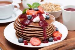 Frühstück mit Pfannkuchen mit Sahne, frische Beeren Lizenzfreies Stockbild