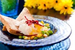 Frühstück mit poschiertem Ei Stockfotografie