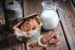 Frühstück mit süßen Plätzchen und Milch Stockbild