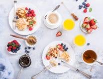 Frühstück mit schottischen Pfannkuchen lizenzfreies stockbild