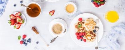 Frühstück mit schottischen Pfannkuchen stockbild