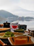 Frühstück mit See und Mountain View Lizenzfreies Stockfoto