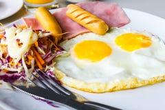 Frühstück mit Spiegeleiern Lizenzfreie Stockfotos