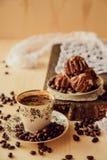 Frühstück mit Tasse Kaffee- und Schokoladenkuchen Stockfoto