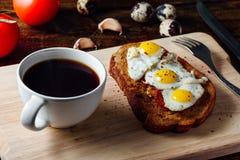 Frühstück mit Tasse Kaffee und Toast Stockbild