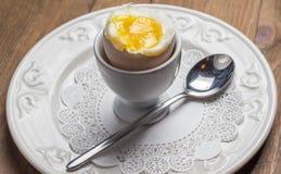 Frühstück mit weich gekocht Ei, über altem hölzernem Lizenzfreie Stockbilder