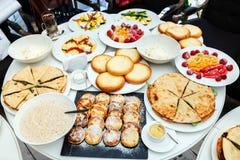 Frühstück am Rundtisch Stockfotos