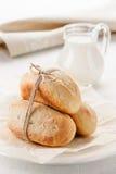 Frühstück - selbst gemachtes Brot mit Milch Lizenzfreie Stockfotos