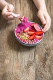 Frühstück Smoothieschüssel in den Händen Stockbild