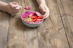 Frühstück Smoothieschüssel in den Händen Stockfotos
