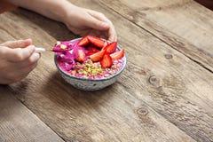 Frühstück Smoothieschüssel in den Händen Lizenzfreie Stockfotografie