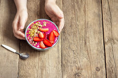 Frühstück Smoothieschüssel in den Händen Stockbilder