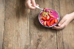 Frühstück Smoothieschüssel in den Händen Lizenzfreie Stockfotos