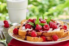 Frühstück Sunmmer im Freien mit Toast und Milch Lizenzfreie Stockbilder