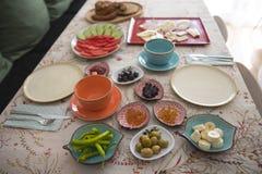 Frühstück und Platte auf dem Tisch lizenzfreie stockbilder