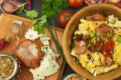 Frühstück voll des Proteins Durcheinandergemischte Eier und Speck Eine herzliche Mahlzeit für Athleten Selbst gemachtes Rezept fü lizenzfreie stockbilder