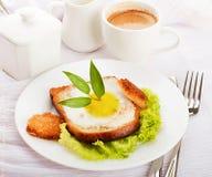 Frühstück von den Spiegeleiern und vom Kaffee Stockbilder