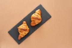 Frühstück von zwei französischen Hörnchen Lizenzfreies Stockfoto