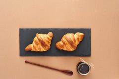Frühstück von zwei französischen Hörnchen mit Stau Stockfotos
