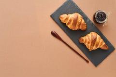 Frühstück von zwei französischen Hörnchen mit Stau Lizenzfreie Stockbilder