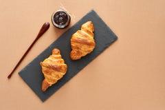 Frühstück von zwei französischen Hörnchen mit Stau Lizenzfreies Stockbild