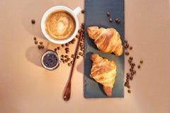 Frühstück von zwei französischen Hörnchen mit Stau und Kaffee Stockfoto