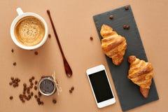 Frühstück von zwei französischen Hörnchen mit Stau und Kaffee Stockbild