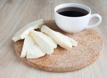 Frühstück: Ziegenkäse und Tasse Kaffee Scheiben des Hüttenkäses auf einem beige Hintergrund Lizenzfreie Stockfotografie