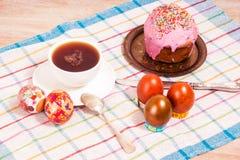 Frühstücken Sie auf den Ostereiern und kleinen dem Ostern-Kuchen Stockfoto