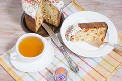 Frühstücken Sie auf den Ostereiern und kleinen dem Ostern-Kuchen Lizenzfreies Stockfoto