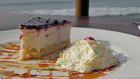 Frühstücken Sie in einem Café auf dem Strand, romantisch Gebackener Pudding vom Hüttenkäse Lizenzfreies Stockbild