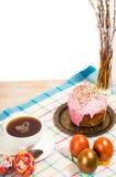 Frühstücken Sie für Ostern - Eier und ein kleiner Kuchen Lizenzfreies Stockfoto
