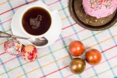 Frühstücken Sie für Ostern - Eier und ein kleiner Kuchen Stockfoto
